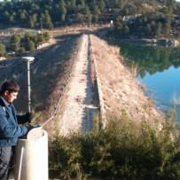 Trabajo de topografía en Presa Vallcomuna (Mazaleón)
